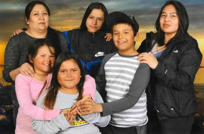 Top row, left to right: Geraldine (mother), Angel (age 12), Karl (age nine), Thyra (surviving, age 19). Bottom row, left to right: Hailey (age seven), Shyra (age six).
