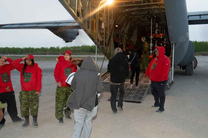 Canadian Rangers assisting in Pikangikum evacuation