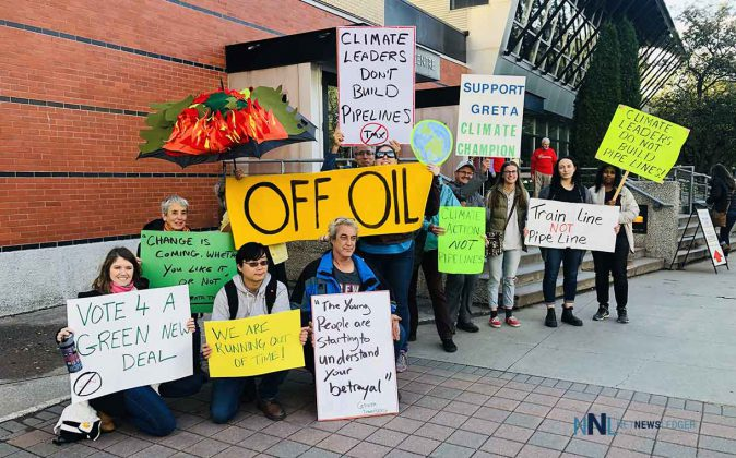 Fridays for Future campaigned outside of the Agora claiming the Liberals have to choose between the climate crisis and building pipelines