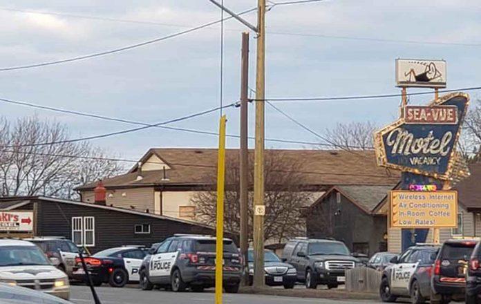 Thunder Bay Police at Sea-Vue Motel on Cumberland Street North